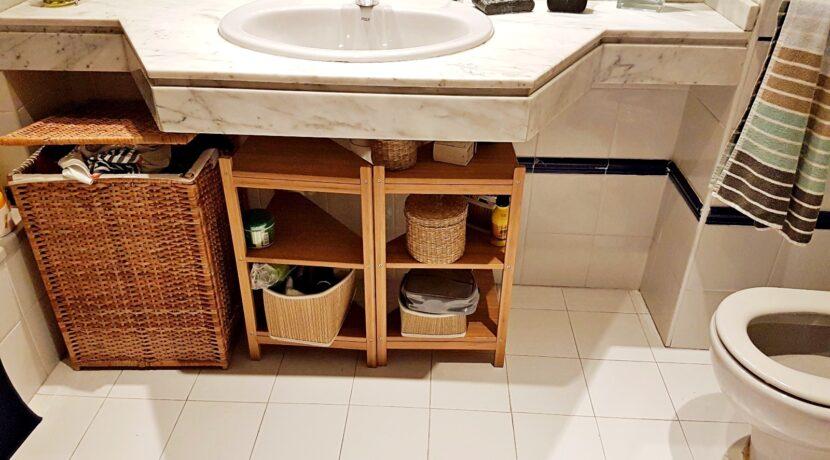 estanterias+cesto bajo lavabo