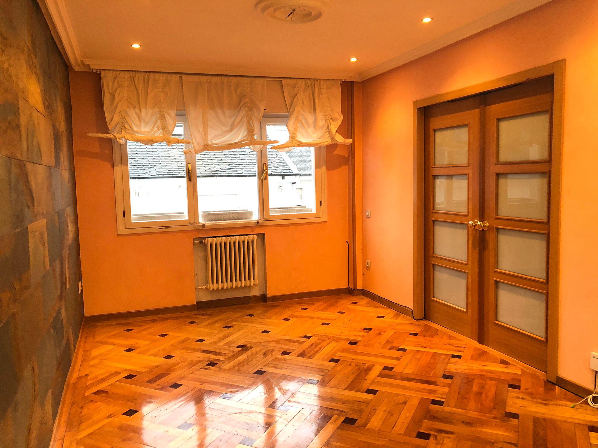 Se alquila piso en la zona del Parque San Francisco, Oviedo.